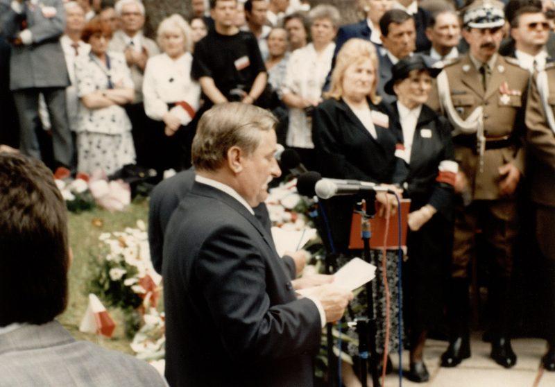 Президент Лех Валенса выступает во время церемонии