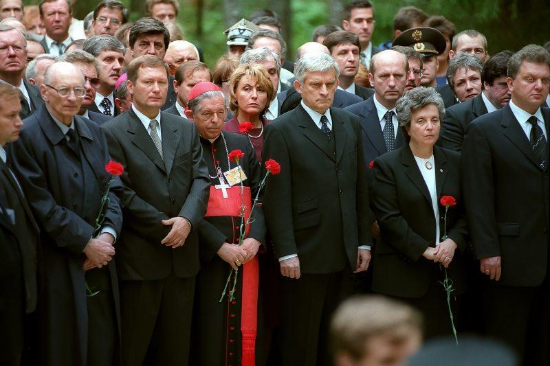Премьер-министр Ежи Бузек на церемонии открытия кладбища