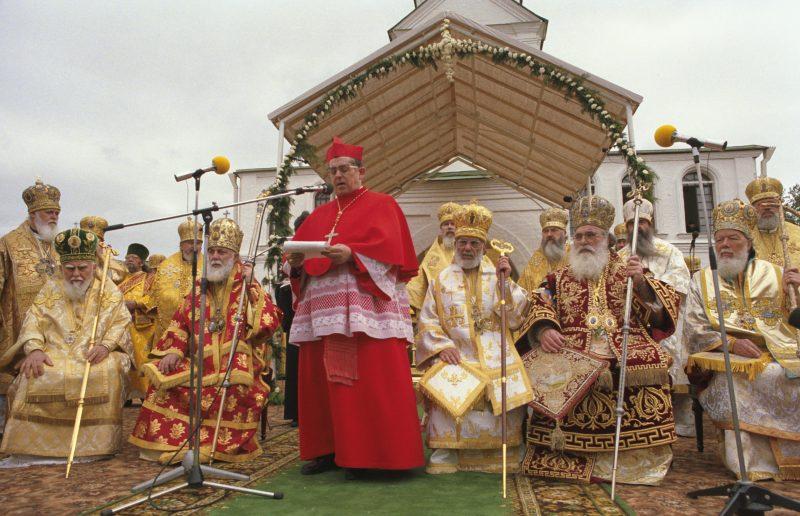 Prymas Glemp podczas obchodów Tysiąclecia Chrztu Rusi Kijowskiej przemawia w otoczeniu prawosławnych hierarchów
