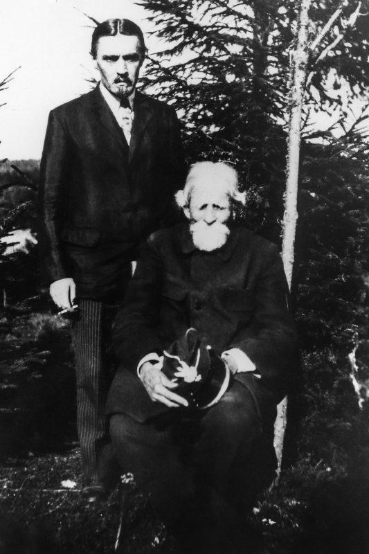Ksawery Czernicki w garniturze wraz z towarzyszącym mężczyzną