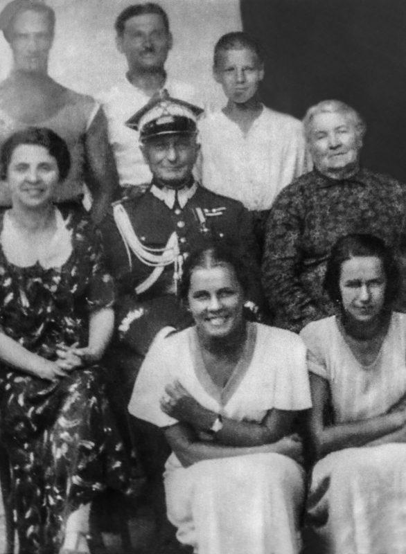 Generał Bronisław Bohaterewicz w mundurze wraz z rodziną