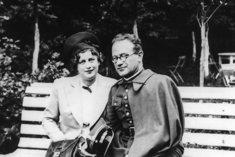 Барух Штейнберг – главный раввин польской армии в мундире майора с женщиной