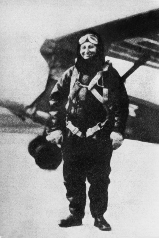 Янина Левандовска в форме летчицы на фоне самолета