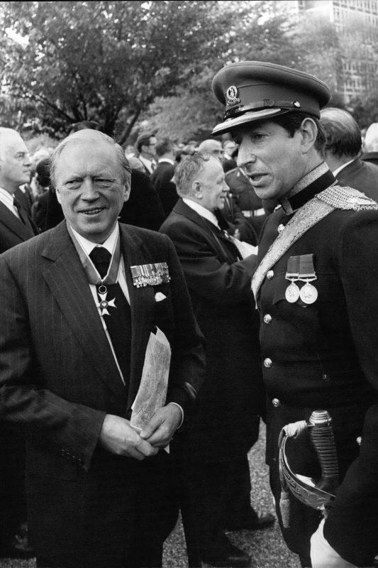 Член Палаты общин Великобритании Эйри Нив и майор в отставке Джон Гурье в мундире во время церемонии открытия катынского памятника в Лондоне