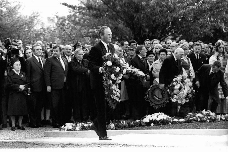 Внук премьер-министра Уинстона Черчилля возлагает цветы во время церемонии открытия катынского памятника в Лондоне
