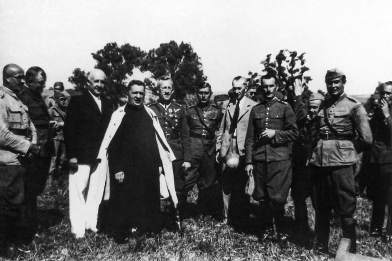 Групповое фото: Ян Леон Зюлковский в сутане