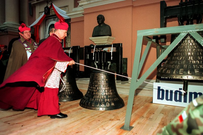 Dzwony katyńskie podczas ceremonii ich poświęcenia w Warszawie